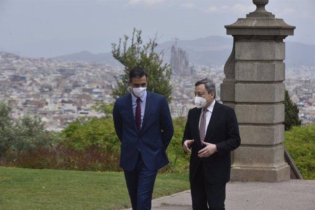 El president del Govern espanyol, Pedro Sánchez, i el primer ministre italià, Mario Draghi, en una trobada amb motiu de l'acte de clausura de la XXXVI Reunió del Cercle d'Economia, a 18 de juny de 2021, a Barcelona