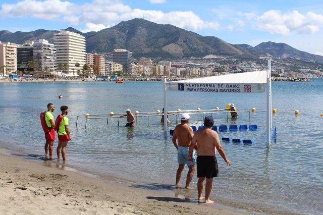 Playa de Fuengirola donde se ha instalado de nuevo la plataforma de baño para personas mayores