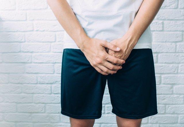 Archivo - Hombre tapando con las manos su zona genital. Problemas urinarios. Ereción.