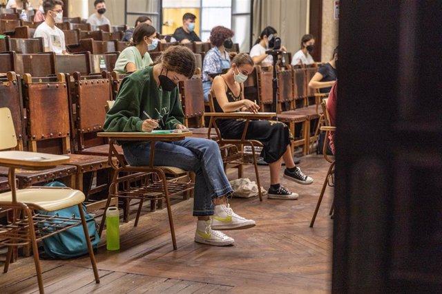 Estudiantes preparándose para comenzar el examen  de las Pruebas de Acceso a la Universidad Hispalense en su primer día a 15 de junio del 2021 en Sevilla, España, Andalucía