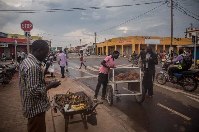 Archivo - Preparativos para el toque de queda en Uganda por coronavirus
