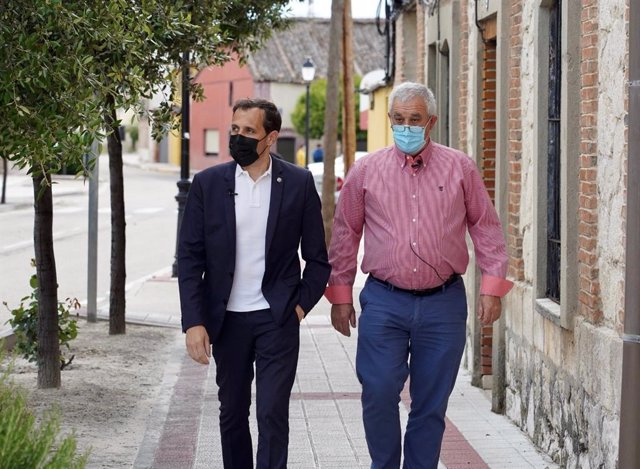 Conrado Íscar (izquierda) camina junto a Abel Manso (derecha).