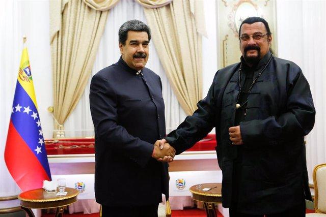 Archivo - El presidente de Venezuela, Nicolás Maduro y el actor estadounidense Steven Seagal en un encuentro en Caracas.