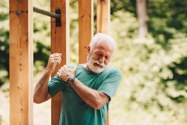 Hombre con dolor de hombro.