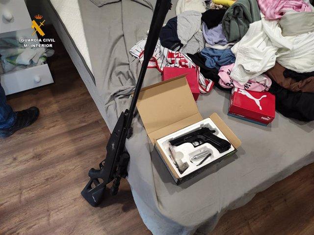 Pistola intervenida durante la operación.