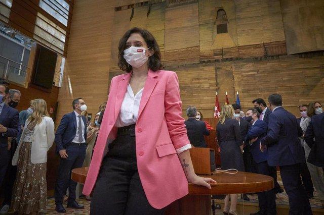 La presidenta en funciones de la Comunidad de Madrid, Isabel Díaz Ayuso, posa tras informar de la formación de su nuevo equipo de gobierno.
