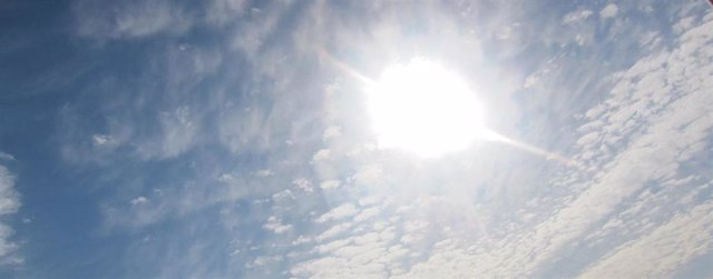 Archivo - Cielo con nubes y claros