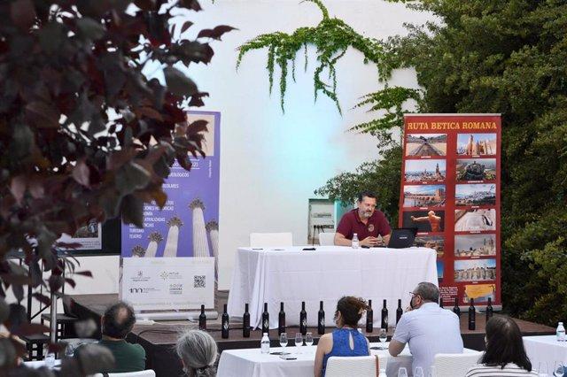 El arqueólogo investigador de la Universidad de Cádiz (UCA) Manuel León ofrece la conferencia 'In vino veritas', junto a una cata científica con las variedades Mulsum, Sanguis y Mesalina.
