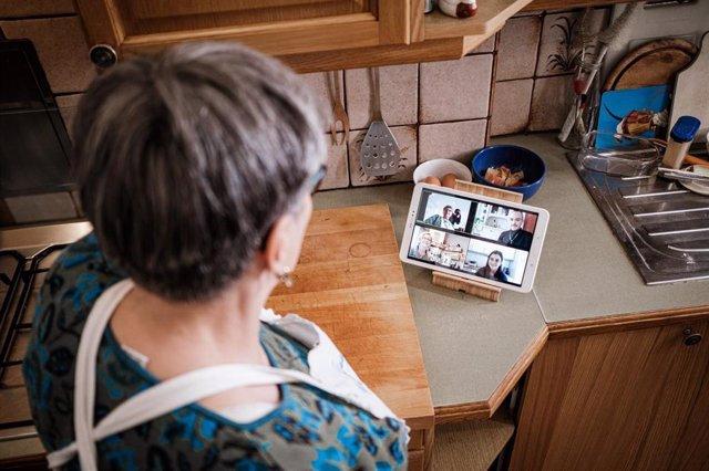 Generationencafé 'Vollpension' lanza la campaña internacional 'Hornear contra la pobreza' para involucrar a los mayores en el intercambio de recetas online