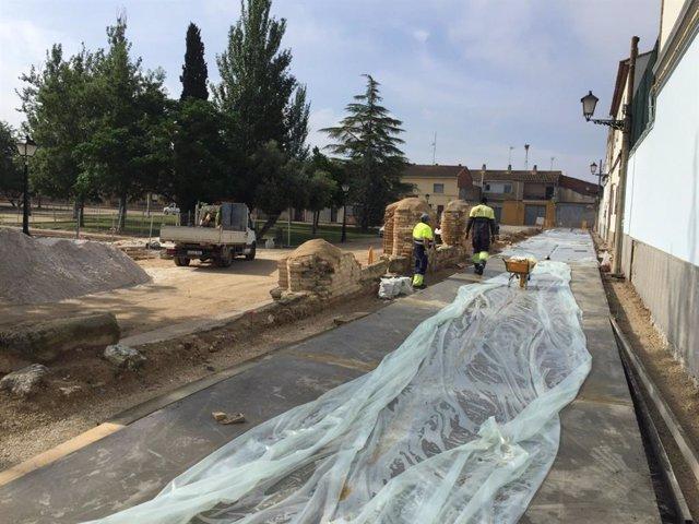 Obras de peatonalización de la calle Claustro de La Cartuja (Zaragoza).