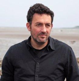 El escritor Mikel Santiago