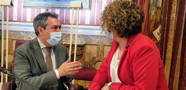 Juan Espadas y Adela Castaño, en un aimagen de archivo de pleno del Ayuntamiento de Sevilla