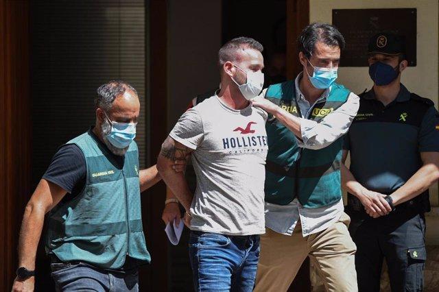 David S., detenido en relación con la desaparición de la joven Wafaa Sebbah, escoltado por agentes de la Guardia Civil a su salida del cuartel de Carcaixent
