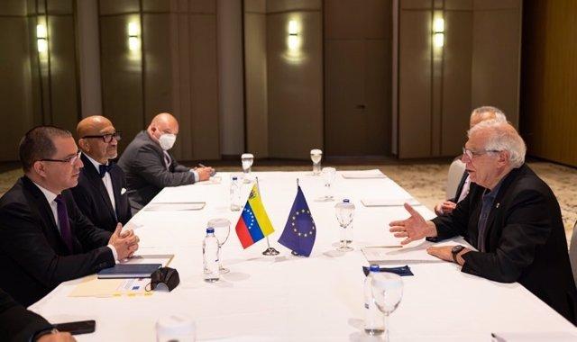 El ministro de Exteriores de Venezuela, Jorge Arreaza, se reúne con Josep Borrell