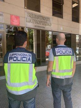 Agentes de la Policía frente al registro de la propiedad en Castellón