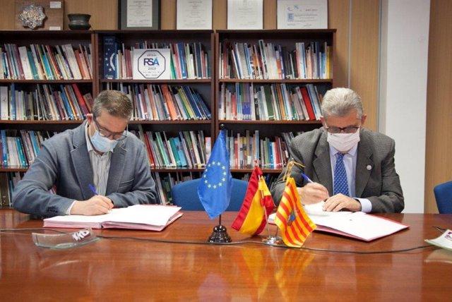 El director gerente del INAEM, Raúl Camarón, y el rector de la UZ, José Antonio Mayoral, firman el convenio del programa Universa.