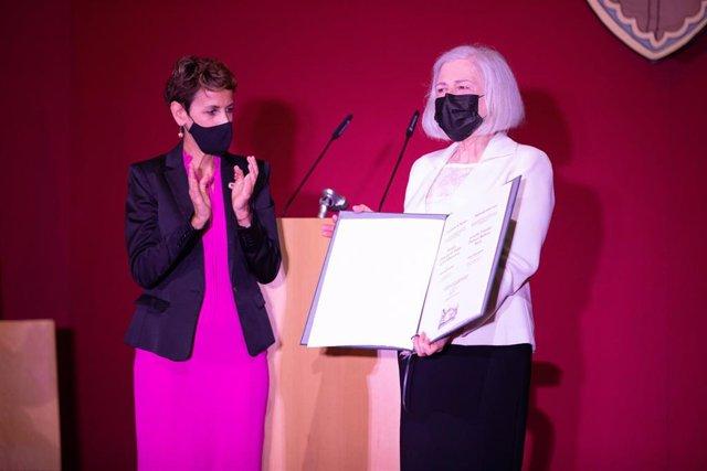 Teresa Catalán recibe el Premio Príncipe de Viana de la Cultura 2021 de manos de la presidenta del Gobierno de Navarra, María Chivite