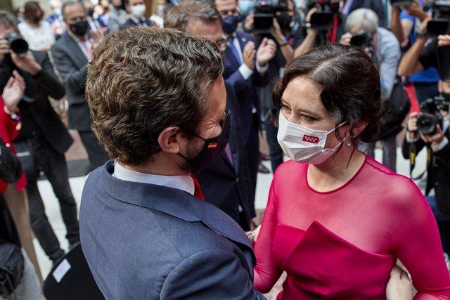El presidente del PP, Pablo Casado y la presidenta de la Comunidad de Madrid, Isabel Díaz Ayuso, en el acto de toma de posesión de la presidenta de la Comunidad de Madrid