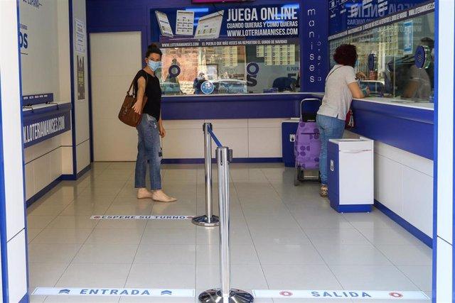 Archivo - Administraciones de lotería abiertas en Valencia