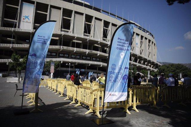 Diverses persones acudeixen a rebre la primera dosi de la vacuna de Pfizer contra el Covid-19 a l'estadi Camp Nou.