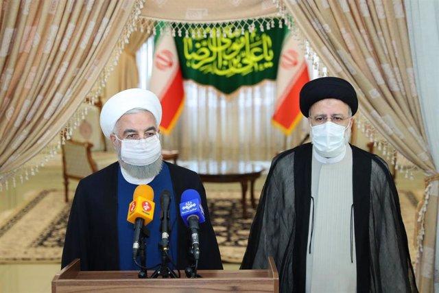 El presidente saliente de Irán, Hasán Rohani, y el presidente electo, Ebrahim Raisi