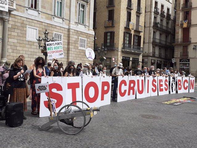 Concentració a Barcelona en contra de la reactivació dels creuers