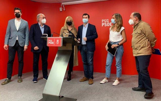El secretario xeral del PSdeG, Gonzalo Caballero, junto a diputados y senadores socialistas en rueda de prensa.