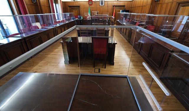 Archivo - Mamparas instaladas en salas de vista de juzgados para proteger frente al Covid-19