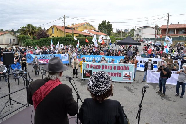 Decenas de personas con pancartas, participan en una marcha cívica por las inmediaciones del Pazo de Meirás, a 19 de junio de 2021, en Sada, A Coruña (Galicia). La propiedad fue restituida por sentencia judicial al Estado tras 82 años de ocupación por Fra