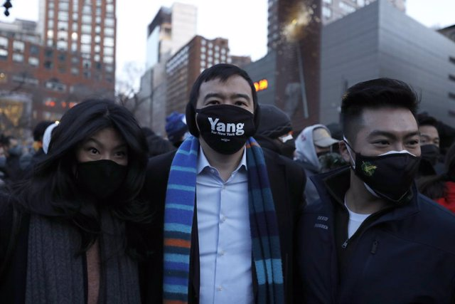 Archivo - 19 March 2021, US, New York: American entrepreneur Andrew Yang (C) participates in a peace vigil in Union Square to honour victims of attacks on Asians. On Tuesday 16 March 2021, eight people, most of them of Asian descent, were killed in shooti
