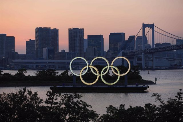 10 June 2021, Japan, Tokyo: A view of the Olympic Rings installation in Odaiba Beach Tokyo after sunset. Coronavirus state of emergency in Tokyo and other regions set to expire, just weeks ahead of the Olympics. Photo: Stanislav Kogiku/SOPA Images via ZUM
