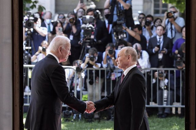 HANDOUT - 16 June 2021, Switzerland, Geneva: Russian President Vladimir Putin (R) shakes hands with USPresident Joe Biden prior to their meeting. Photo: -/Kremlin/dpa - ATTENTION: editorial use only and only if the credit mentioned above is referenced in