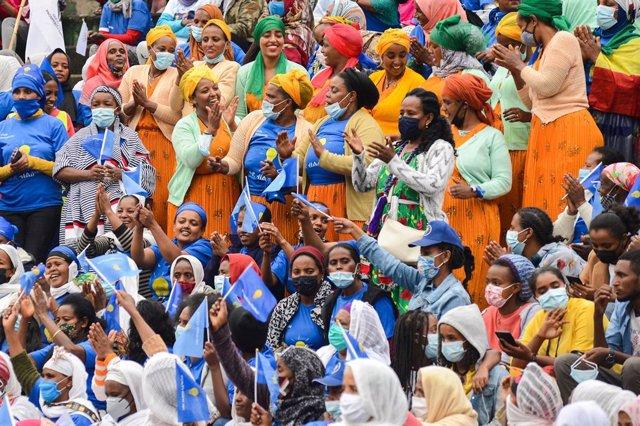 Seguidores del partido del primer ministro de Etiopía, Abiy Ahmed, en un acto antes de las elecciones parlamentarias