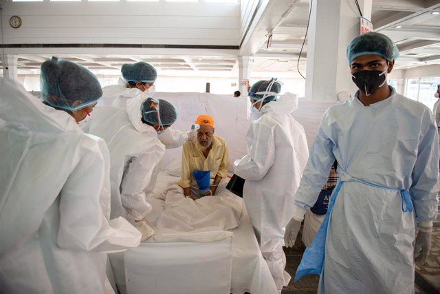 26 May 2021, India, New Delhi: Health workers take care of a diabetes patient in Sri Guru Tegh Bahadar Covid-19 Medical Isolation & Treatment Centre, at Gurdwara Rakab Ganj Sahib. Today, Thursday, the Indian Ministry of Health announced the registration o