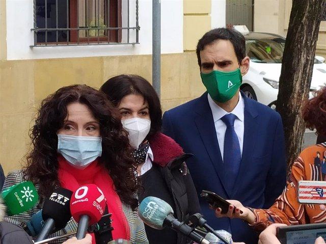 Archivo - Rocío Ruiz (izda.) atiende a los periodistas en Córdoba junto a Eva Timoteo y Antonio López.