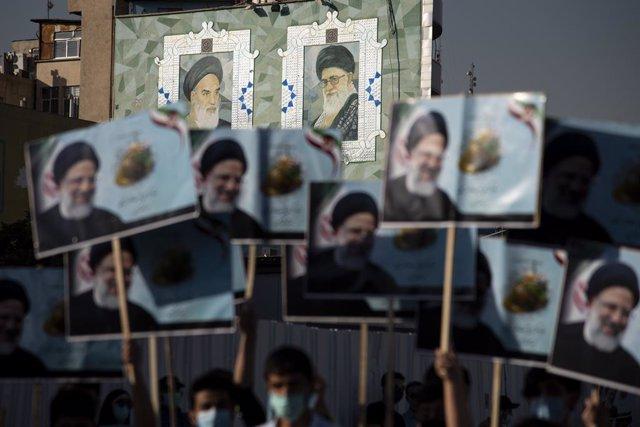 Seguidores del candidato ultraconservador Ebrahim Raisi antes de las presidenciales en Irán