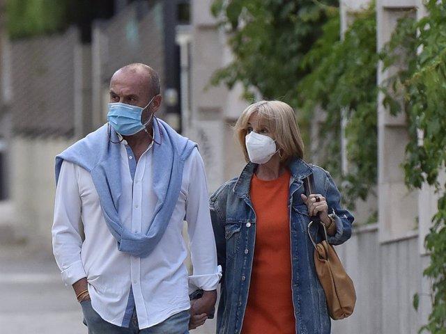 Manolo Ximénez dando un paseo junto a su mujer por los alrededores de la casa de Mila.