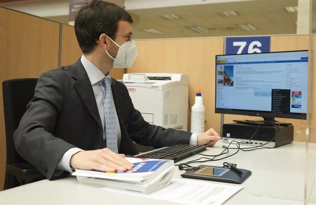 Un empleado trabaja en una oficina de la Agencia Tributaria, a 2 de junio de 2021.