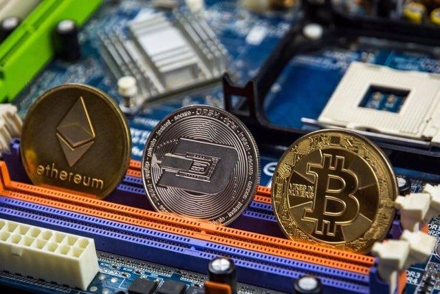 Archivo - Representación de ethereum, dogecoin y bitcoin