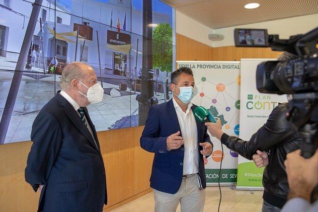 El alcalde de Tocina, Francisco José Calvo, y el presidente de la Diputación de Sevilla, Fernando Rodríguez Villalobos