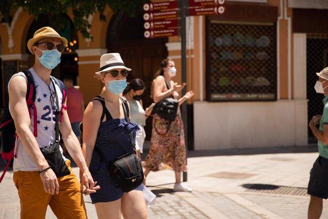 Turistas pasean por el centro de Sevilla