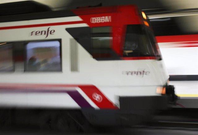 Archivo - Un tren llega a la estación de Renfe de Nuevos Ministerios en Madrid