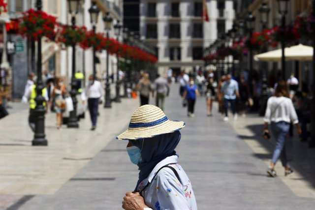 Archivo - Personas hacen uso de las mascarillas frente al virus COVID-19 donde en el día de hoy son obligatorias llevarlas en espacios públicos en Málaga a 21 de mayo 2020