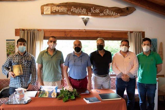 El gerente de la Fundación Camino Lebaniego, Manuel Bahíllo (segundo por la izda) se reúne con representantes de las asociaciones de amigos de los caminos de Santiago por Cantabria y de los albergues de peregrinos
