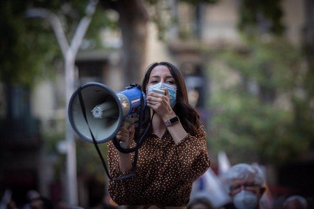 La presidenta de Cs, Inés Arrimadas, en la concentración convocada por Cs, acompañados por el PP de Cataluña, contra los indultos, frente a la Delegación del Gobierno de Cataluña el pasado 11 de junio en Barcelona