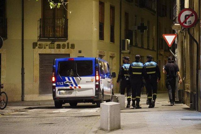 Archivo - Varios policías locales de Salamanca, en una céntrica calle de la ciudad.