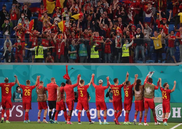 12 June 2021, Russia, Saint Petersburg: Belgian players thank the fans after the UEFA Euro 2020 Group B soccer match between Russia and B elgium at Krestovsky Stadium. Photo: Igor Russak/dpa