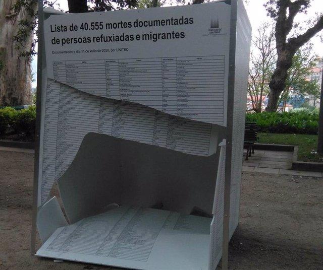 Daños en la exposición dedicada a las personas migrantes en la Alameda de Santiago de Compostela.