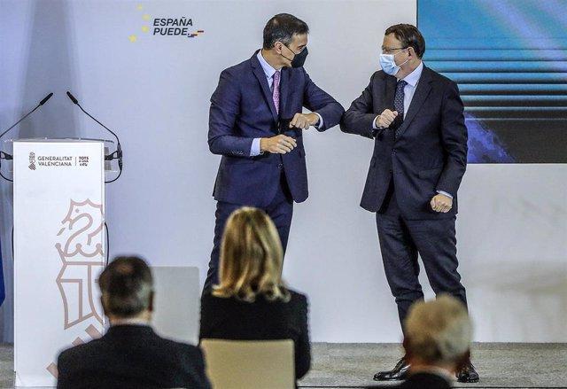 Archivo - El presidente de la Generalitat, Ximo Puig, saluda con el codo al presidente del Gobierno, Pedro Sánchez, en una imagen de archivo