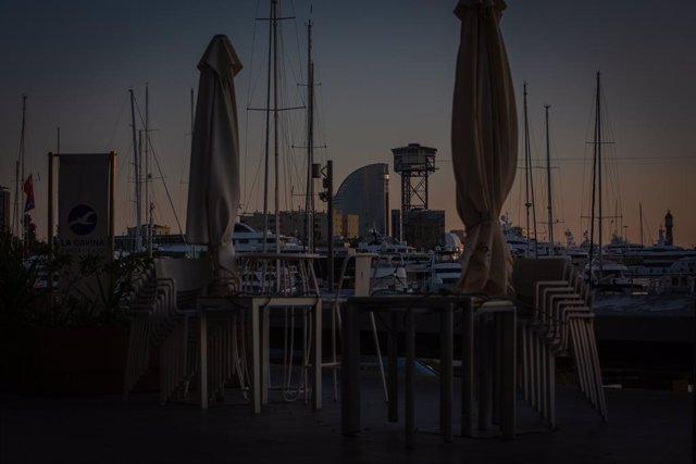Archivo - Arxivo - L'Hotel W Barcelona, el port i la terrassa d'un bar a Barcelona